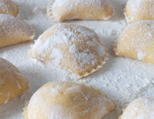 Calzoni ripieni con ricotta, zucchero e cannella