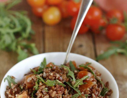 Insalata di riso rosso integrale con pomodorini e rucola