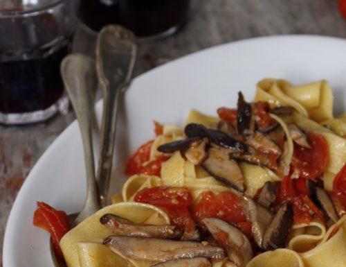 Pasta con funghi cardoncelli e pomodorini