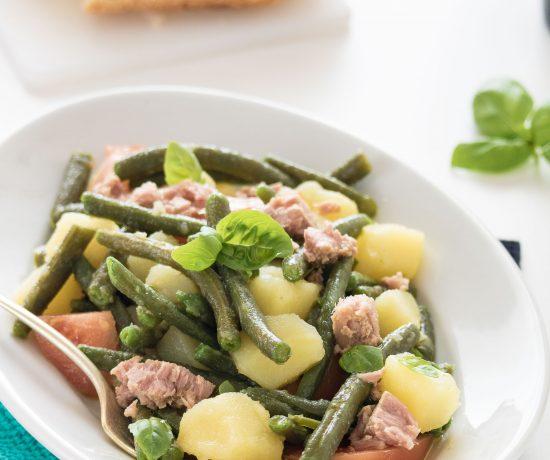Insalata di fagiolini, patate, pomodori e tonno