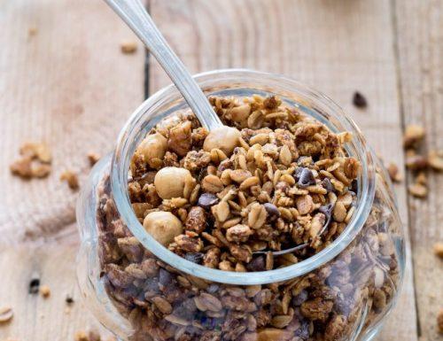 Granola con gocce di cioccolato, ricetta per farla a casa