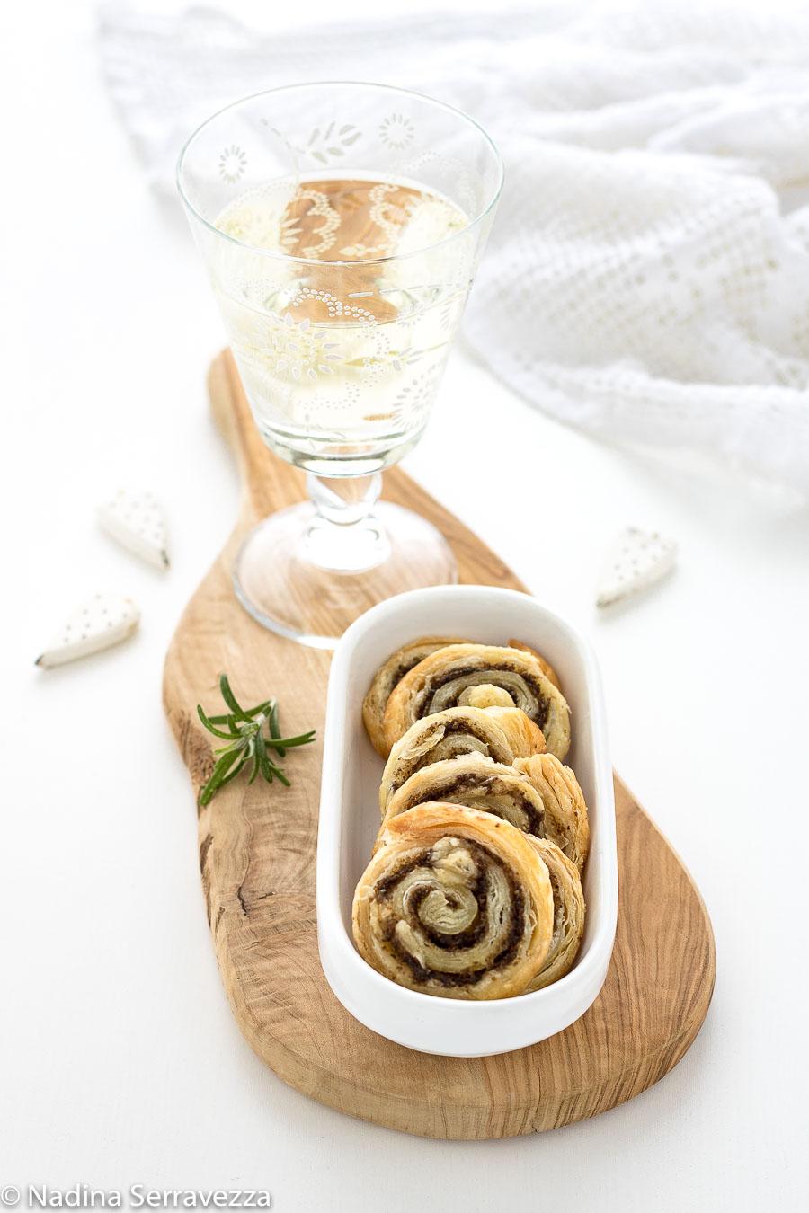Girelle di pasta sfoglia con paté di funghi cardoncelli e scaglie di caciocavallo lucano