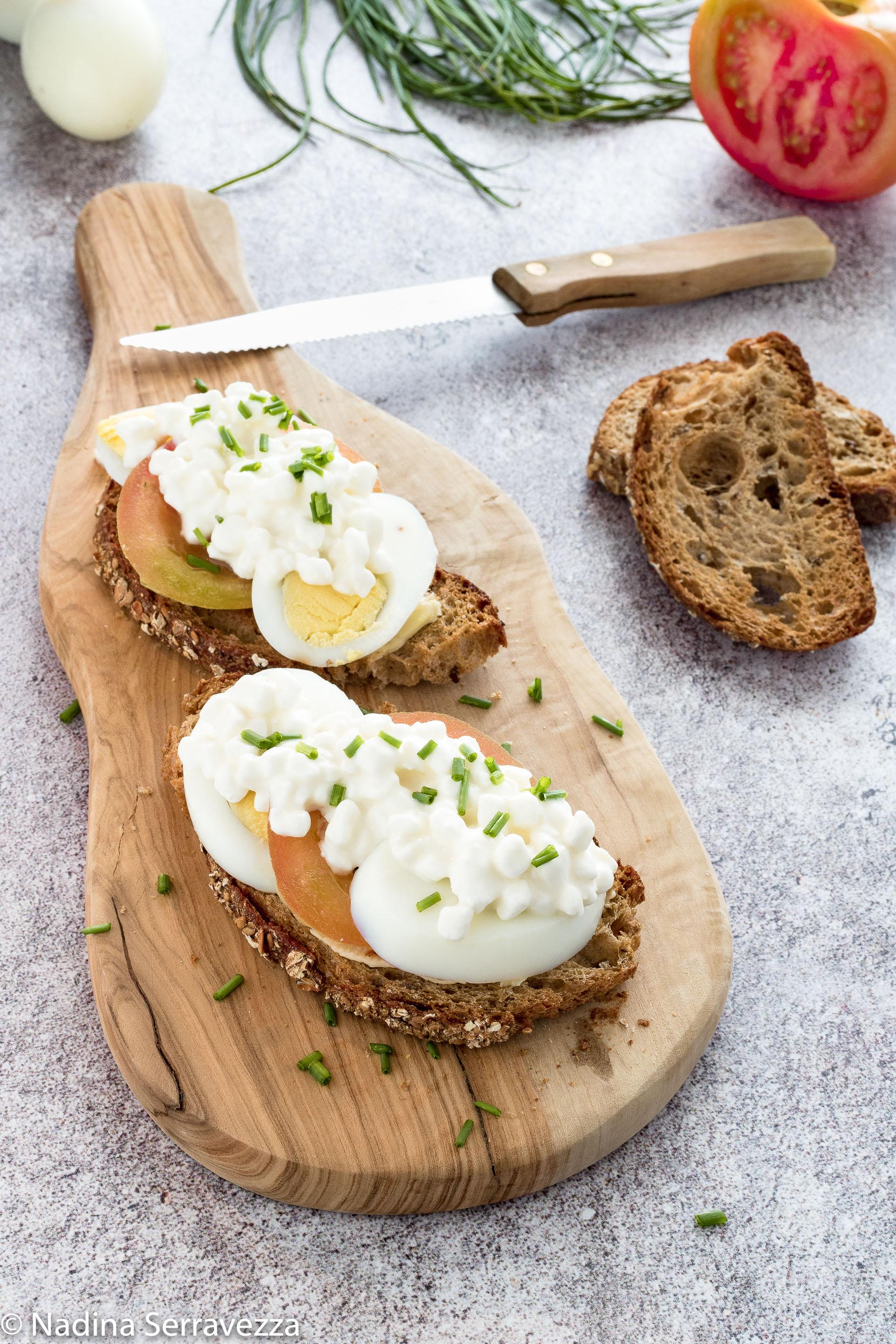 Sandwich aperto con pomodori, uova e maionese