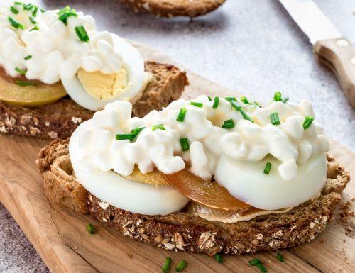 Sandwich aperto con pomodori, uova e maionese per il club del 27