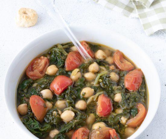 Zuppa di ceci con erbette e pomodorini