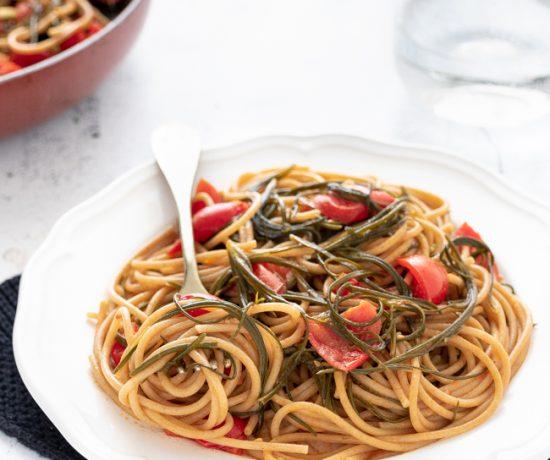 Spaghetti integrali con agretti e pomodorini