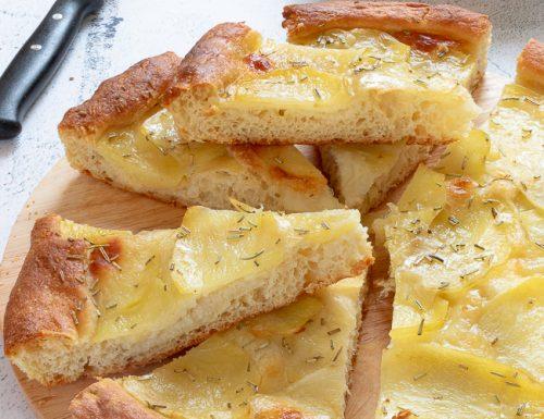 Focaccia con scamorza e patate